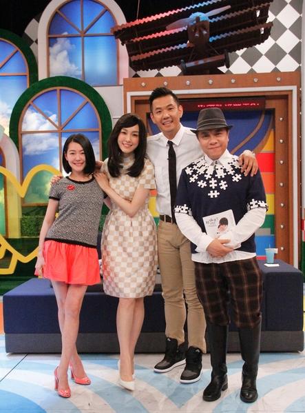 (左起)小S、范玮琪、陈建州跟蔡康永合照。(中天提供)