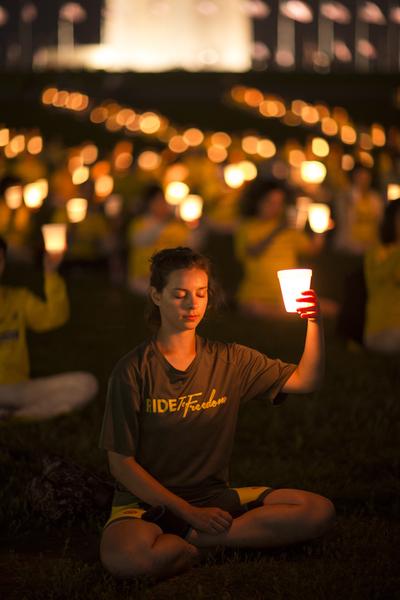 2015年7月16日华盛顿DC法轮功学员烛光夜悼。(爱德华/大纪元)