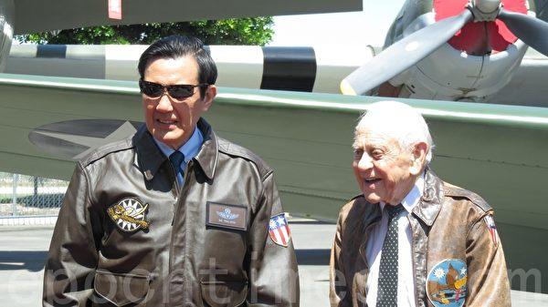 马英九出访中美洲加勒比海中华民国三个邦交国后,回程16日过境洛杉矶,17日参观美国洋克斯航空博物馆,并会晤二战飞虎队员哈罗德.雅维特,表达敬意。(袁玫/大纪元)