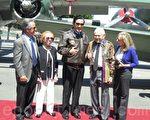 马英九17日参观美国洋克斯航空博物馆,并会晤二战飞虎队员哈罗德‧雅维特 (右二),与其家人合影表达敬意。(袁玫/大纪元)