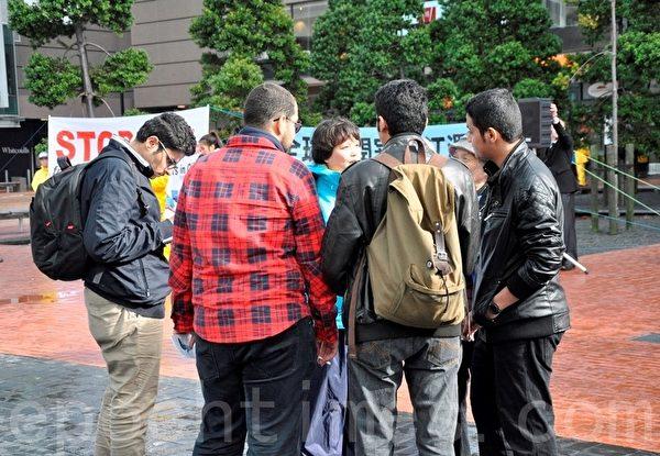 不到三个小时的集会,近600民众当场签名表示支持。(易凡/大纪元)
