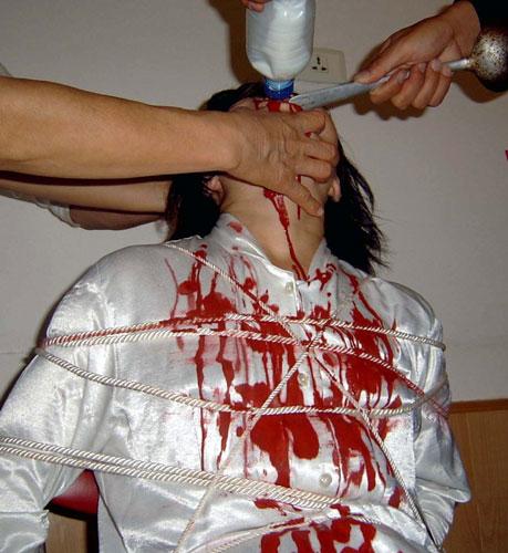 酷刑模拟,野蛮灌食。(明慧网)