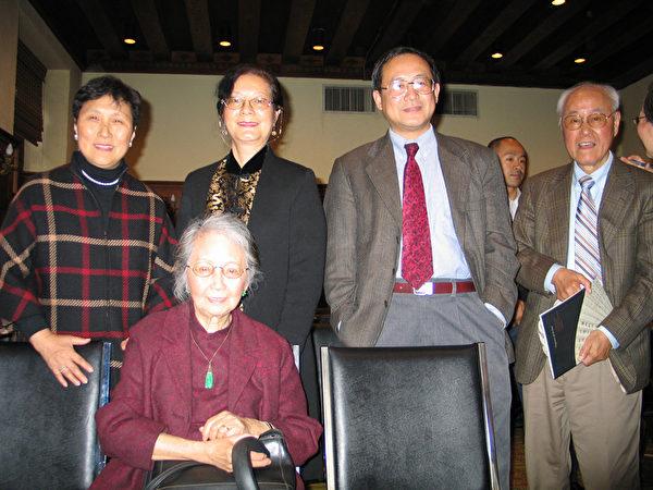 前排张充和女士﹐后排左起昆曲名家尹继芳女士、前联合国中文组组长陈安娜女士、波士顿大学白谦慎教授。图片摄于2006年纽约张充和女士成就研讨会(大纪元图片库)