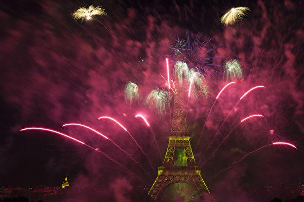 艾菲尔铁塔上空7月14日举行大型精彩烟火表演,庆贺法国国庆巴士底日。(JOEL SAGET/AFP)