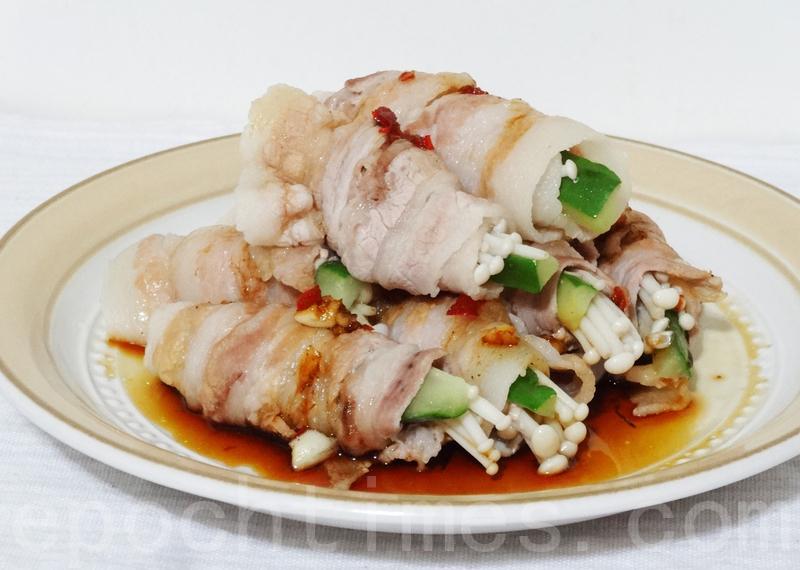 李庄白肉片卷上小黄瓜、金针菇成筒状,不仅形美,更加清香滑口。(彩霞/大纪元)