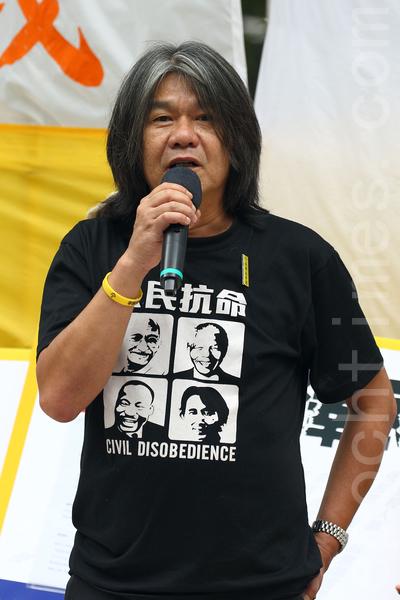 720反迫害16周年之际,香港法轮功7月19日在港岛举行以控告江泽民为主题的集会游行,多位民主人士到场声援诉江。立法会议员梁国雄现场发言。(潘在殊/大纪元)