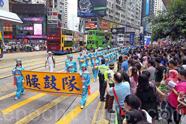 720反迫害16周年之際,香港法輪功7月19日在港島舉行以控告江澤民為主題的集會遊行。超過八百人的遊行隊伍從北角前往中聯辦,聲勢浩大的場面吸引了不少中港民眾駐足觀看。(潘在殊/大紀元)