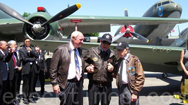 马英九参观洋克斯航空博物馆与洋克斯航空博物馆主席尼克斯(左)、哈罗德.雅维特(右)牵手留影。(袁玫/大纪元)