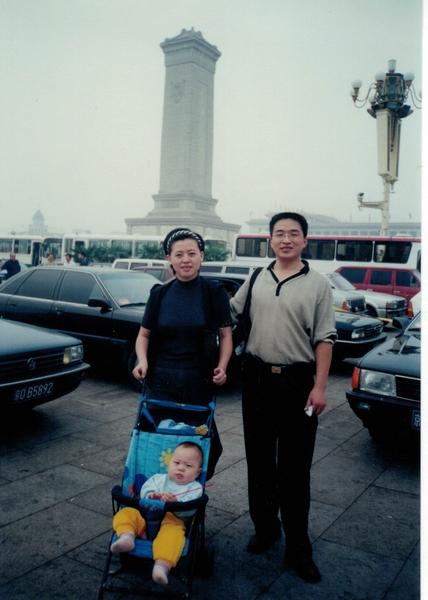 在清华大学就读时的秦鹏与妻儿。(秦鹏提供)