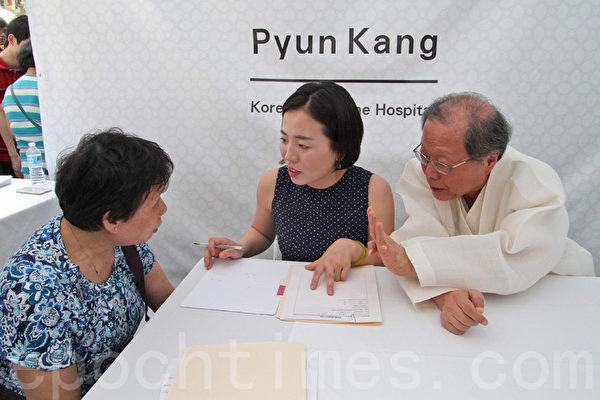 6月26、27日,徐孝錫院長在紐約時代廣場亞洲美食節上為民眾義診。(孫華/大紀元)