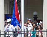 7月20日早,古巴仪仗队成员在驻美国华盛顿DC大使馆前升起古巴国旗,意味着美古两国恢复正常邦交。( PAUL J. RICHARDS/AFP/Getty Images)