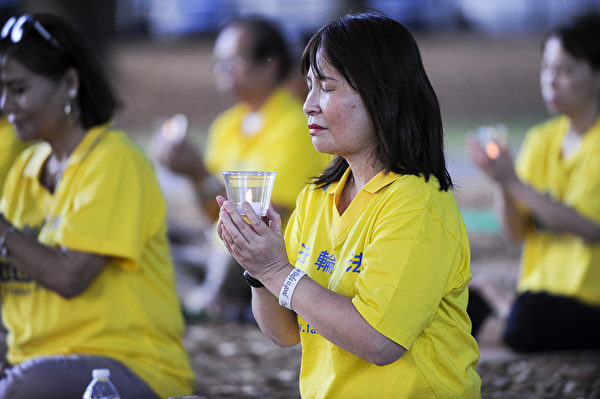 中佛州部分法轮功学员7.20烛光夜悼,悼念因为坚持信仰而被迫害致死的法轮功学员。 (岑华颖 /大纪元)