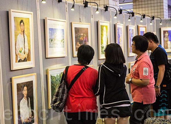 蔦松藝術中學在高雄展演,來賓觀賞美展。(鄭順利/大紀元)