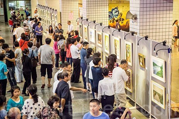 蔦松藝術中學美術班成果巡迴展在高雄觀眾佳評如潮。(鄭順利/大紀元)