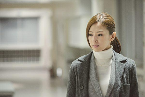 《HERO電影版2》劇照,北川景子戲裡飾演事務官麻木千佳。(威視電影提供)