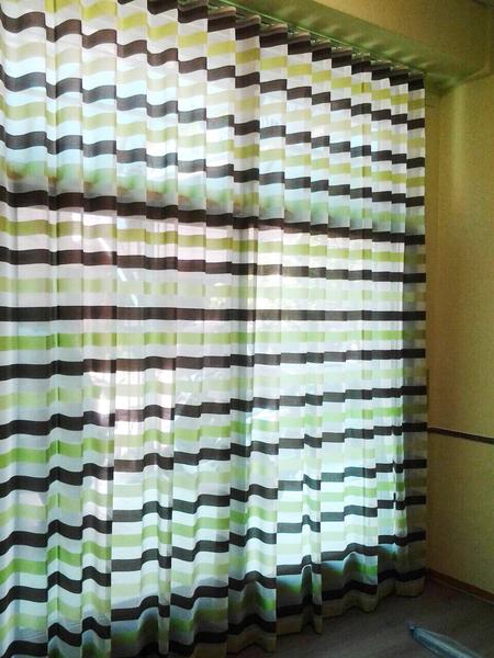 淡綠與淺咖相交的線條窗紗,營造出舒服又亮眼的視覺享受。布號:140159-02(圖:隆美窗簾提供)