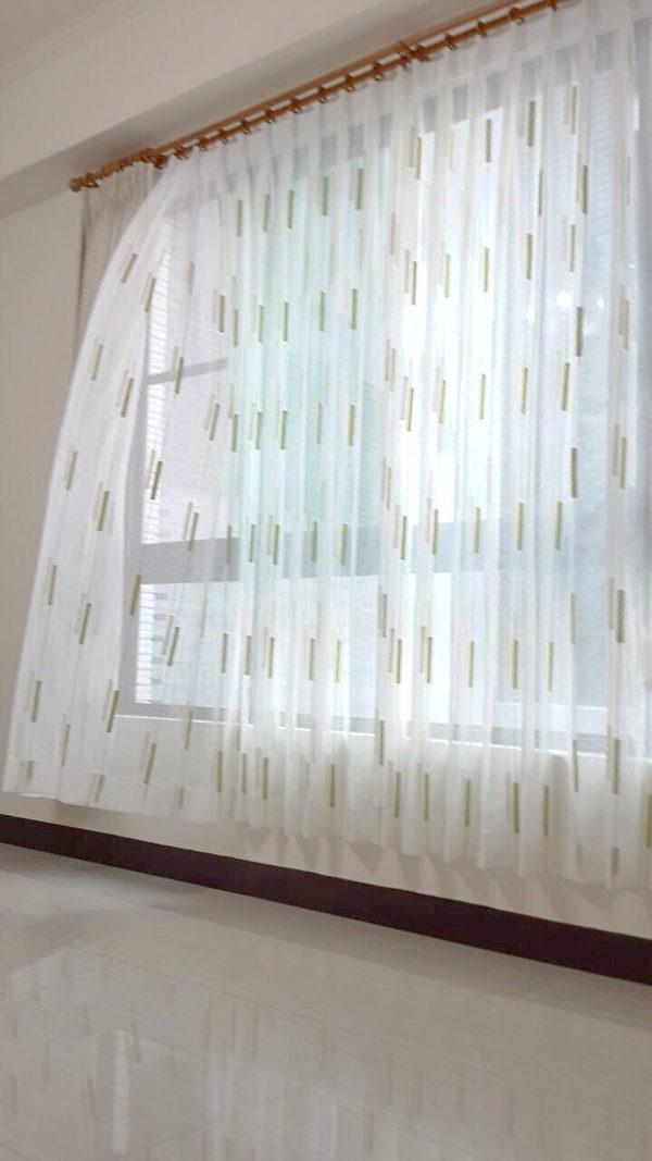 線條交織窗紗。布號:180305(此款目前門市只剩白色跟紫灰色)(圖:隆美窗簾提供)