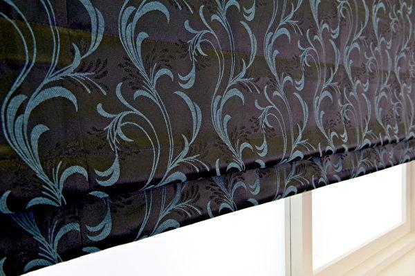視覺上看來較為涼爽的冷色調窗簾。羅曼飛舞緹花布布號:030345-03(圖:隆美窗簾提供)