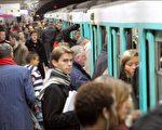 繁忙的巴黎地铁。(PATRICK KOVARIK/AFP/Getty Images)