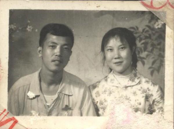 父母年輕時的合影。(作者提供)