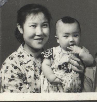 母親抱著剛滿週歲的我。就是在那時候,父親挨鬥,母親將我綁在背上,連夜去替父親張貼「認罪書」。(作者提供)