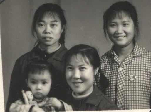 母親抱著兩歲多的我,與好友的合影。我是父母的第一個孩子,不免享受很多「特殊待遇」,比如擁有一個洋娃娃。兩個妹妹出生後,家裡就不再有錢給她們買洋娃娃了。(作者提供)