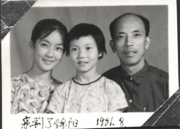為了兩代人的前途,我們的家再次被拆為兩個,我和大妹妹跟隨父親來到綿陽。這是剛到綿陽時的合影。(作者提供)