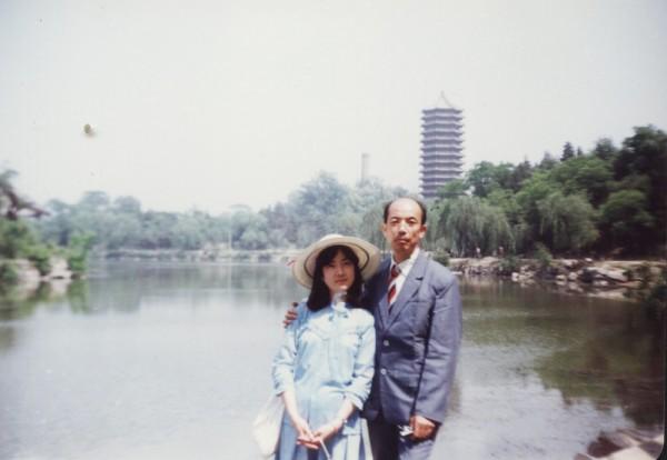 我上大學時,父親曾利用出差的機會到學校看我。這張攝於北大未名湖畔。(作者提供)
