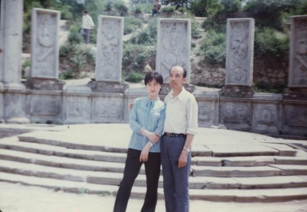 這張是我上研究生時與父親攝於北京圓明園。(作者提供)