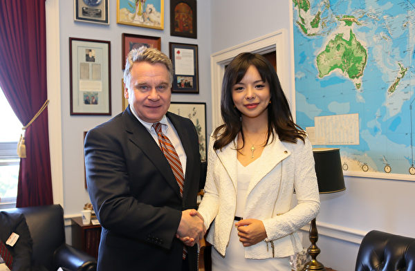 加拿大世界小姐林耶凡和美國會議員Chris Smith(李莎/大紀元)