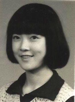 我十七歲的生日照,在我考上北大那年被當作綿陽「建國三十五週年教育成果展」的一部分,在市中心人民公園大門口展出。這個頭也是父親剪的。那個年代剪這種看起來很「時髦」的髮式的女孩子還很少,同學覺得稀奇,向我打聽是在哪裡剪的,當我說是父親替我剪的時,同學問:「你父親是理髮師啊?」(作者提供)