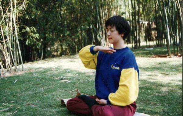 1998年,我在深圳一個公園裡打坐。這是鎮壓前拍的唯一一張煉功照片。(作者提供)