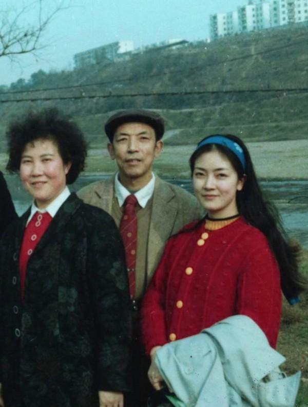 這也許是我最後一次與父母一起合影,攝於1989年初。背後的那座吊橋是通往綿陽南山中學的,我上中學時曾參加過這座橋的建設。我91年參加工作,92年生小孩後身體全垮,回四川探親的次數就非常少了。(作者提供)