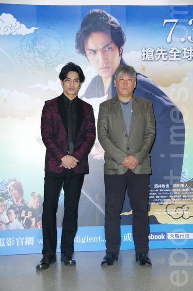 電影《貓侍 電影版2》導演渡邊武(右)及演員北村一輝於2015年7月24日在台北出席訪台記者會。(黃宗茂/大紀元)