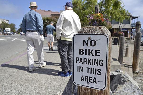 索薩利托市中心「此處不可以停自行車」標示。(楊帆/大紀元)