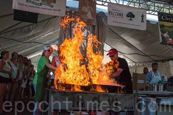 烹饪大蒜料理的厨火。(李兰/大纪元)
