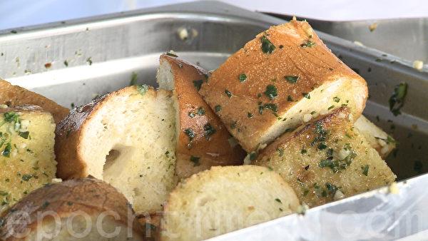 美味的大蒜面包。(李兰/大纪元)