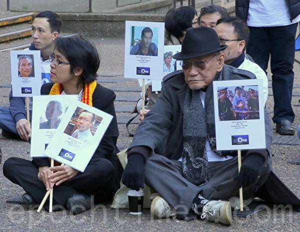 在場的人手中都拿著被越共政權關押的良心犯照片,其中,很多是年輕人。(摄影:何蔚/大纪元)