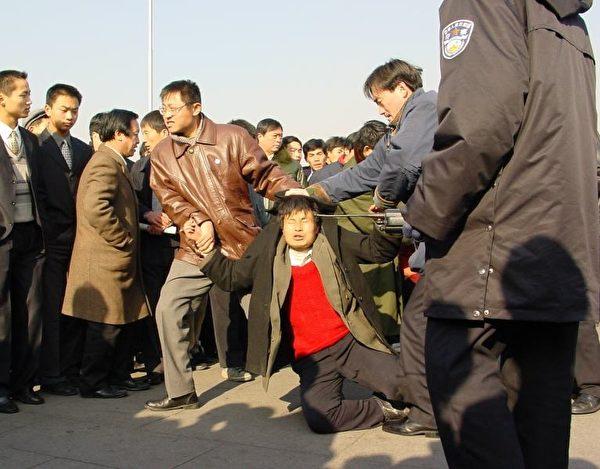 從1999年7月20日法輪功被非法取締後,數10萬法輪功學員不顧重重阻撓,冒著被抓被打的危險,想方設法到北京上訪向政府說明真實情況。(明慧網)