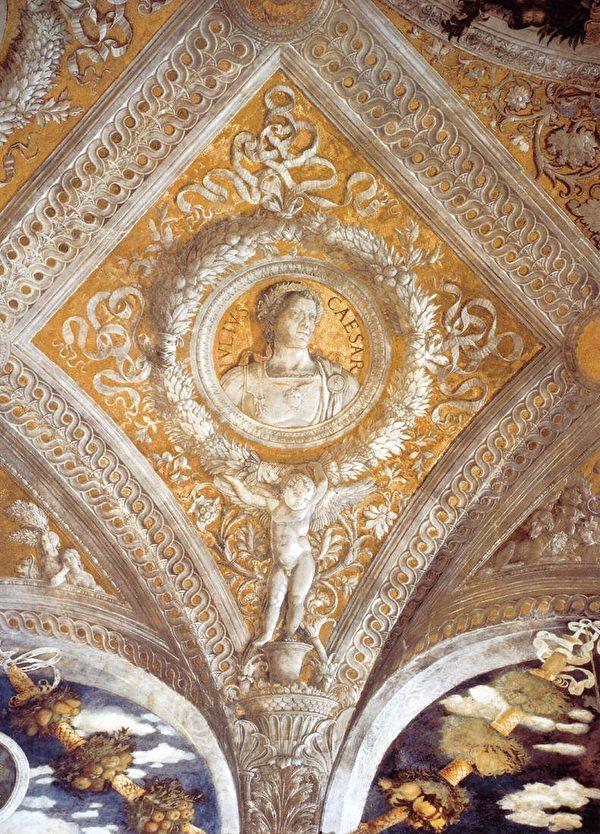意大利曼托瓦公爵宮的天頂壁畫,繪有愷撒肖像,由安德烈亞‧曼坦尼亞作於約1465—1574年。(www.wga.hu,公共領域)