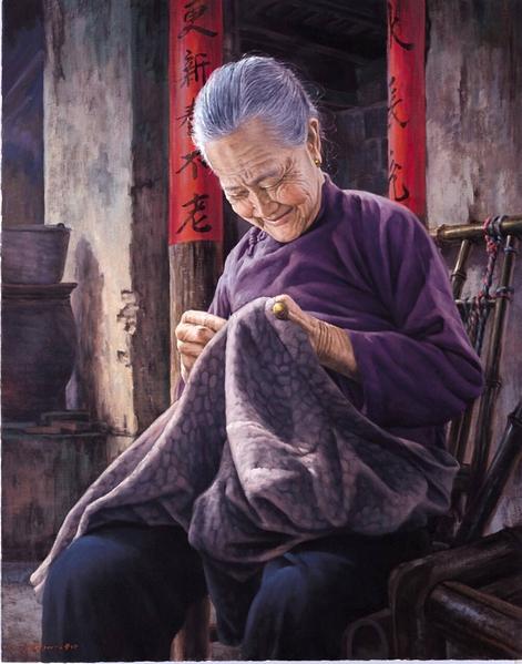 魏榮欣油畫作品《想起》,昨兒晚上媳婦又添了個孫子,今兒個住城裡的兒子就要回家來,縫著縫著......就笑了(新唐人全世界華人人物寫實油畫大賽入選獎)。(魏榮欣)