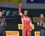 F1匈牙利站,法拉利德国车手维特尔(中)夺得冠军,红牛车队的科维亚特(左)和里卡多分列二、三位。(ANDREJ ISAKOVIC/AFP/Getty Images)