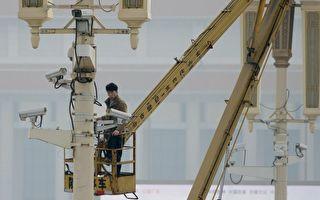 中共正利用与国内监控项目相同的软件建构一个美国公民数据库。图为一名男子于2013年10月31日在北京天安门广场检查监视镜头。(Ed Jones/AFP/Getty Images)