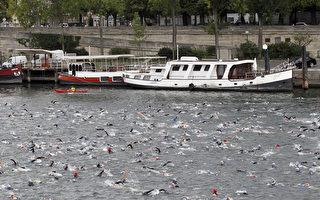 图为2011年巴黎第5届三项全能的游泳项目在塞纳河进行。(FRANCOIS GUILLOT/AFP/Getty Images)