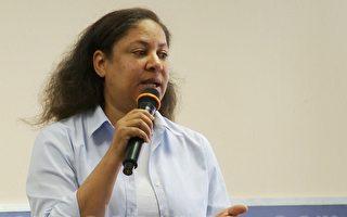 在7月25日大纪元亚凯迪亚高教展(Epoch Higher Education Fair in Arcadia)上,大学援助咨询公司财务顾问汉考克(Stephanie Hancock)建议家长们,孩子上大学要早做计划, 8年级就需开始考虑学费支付等问题。(郑浩/大纪元)