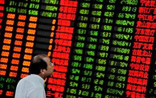 28日大陆股市仍然大幅震荡,最后上证下跌1.68%;深证成指跌1.41%。图为大陆某交易所。(PHILIPPE LOPEZ/AFP/Getty Images)