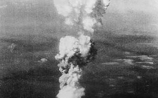 德國紀錄片揭示,納粹在二戰結束前差一點就完成原子彈與其載具飛碟的研製。圖為美軍於1945年在日本廣島投下原子彈。(THE NATIONAL ARCHIVES / AFP)