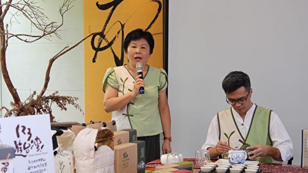 也要與「OPTOGO」前往米蘭的莊玉端老闆介紹茶旅行的意義。(李擷瓔/大紀元)