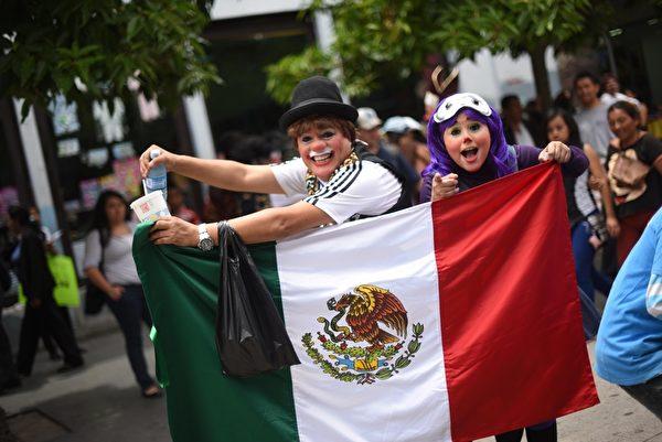 """2015年7月28日,数百名来自各国的职业小丑齐聚危地马拉市,参加第七届""""年度小丑大会""""游行活动。(Johan ORDONEZ/AFP)"""