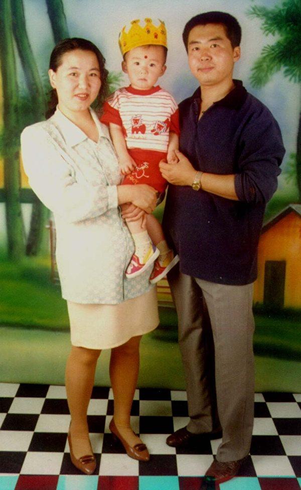 趙旭東生前和妻子為女兒過生日。(明慧網)